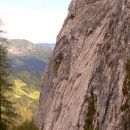 Pogled iz poti na strme stene Križevnika