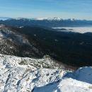 Razgled z vrha na Debelo peč, Golico, Vajnež, Stol in Begunjščico ter KSA (v daljavi)