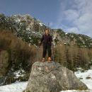 Razgledna skalca ob poti in razgled na Ablanco