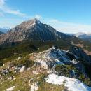 Razgled z vrha na Julijske alpe (v daljavi), Storžič (v sredini) in Zahodni del Košute