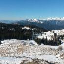 Razgled z vrha na Julijske alpe (levo v daljavi) in Kamniško-Savinjske alpe (desno)