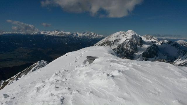 Razgled z vrha na Julijske alpe (levo) in Stol (desno)