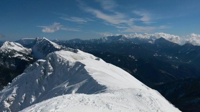 Razgled z vrha na Košutico in Veliki vrh (levo) in Kamniško-Savinjske alpe (desno)