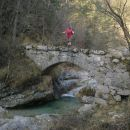 Pot čez kamniti mostiček