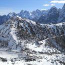 Razgled s poti na Vršič (v ospredju) in Martujške gore (v ozadju)