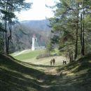 Pot na Tošč in pogled nazaj na cerkev Svete Jedert