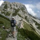 Spust z Viševnika proti Srenjskemu prevalu ter razgled na Mali Draški vrh