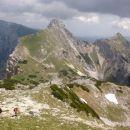 Pot na Veliki Draški vrh ter razgled na Mali Draški vrh (levo) in Viševnik (desno)
