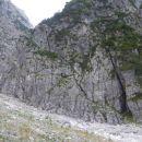 Razgled na poč v steni kjer poteka zavarovana plezalna pot na Plešivec
