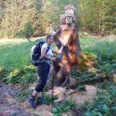Lesena skulptura ob poti