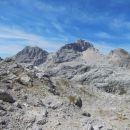 Razgled z Dovških vratc (2180m) na Planjo (levo) in Razor (desno)