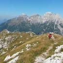 Vršni del poti na Jerebico ter razgled na Viš (v sredini) in njegovo gorsko skupino