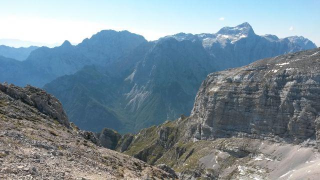 Razgled iz vrha na Luknjo peč, Rjavino, Vrbanove špice, Cmir, Triglav in Kanjavec