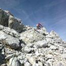 Še zadnji vzpon po podrtem in raztreskanem svetu do vrha Široke peči