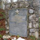 Ob spomeniku druga klop in odcep za Mali vrh.
