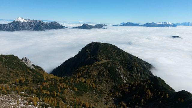 Razgled iz vrha na Vrtaški vrh (v ospredju), Kepo, Dovško Babo, Golico, Struško in Stol