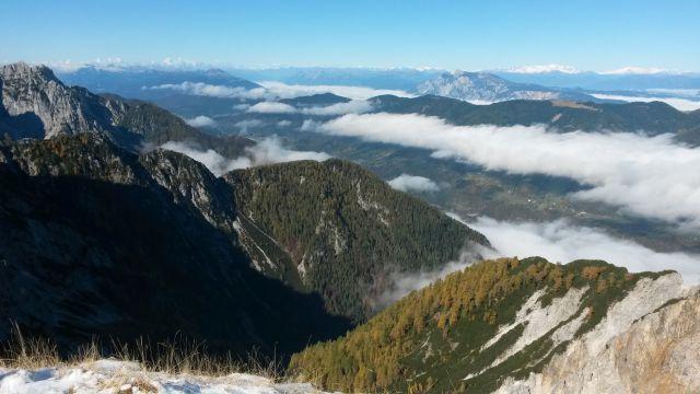 Razgled iz vrha proti Dobraču in Avstrijske Alpe v daljavi