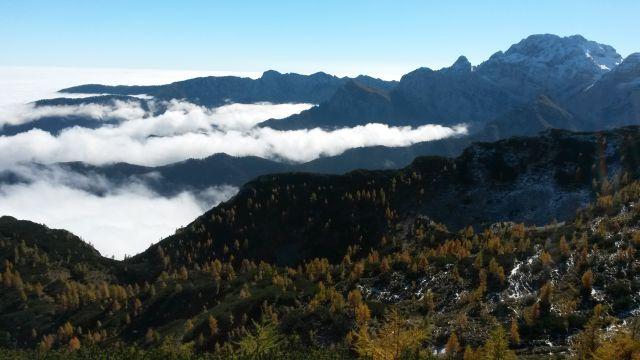 Razgled iz vrha na Debelo peč, Brda, Macesnovec, Luknjo peč in Rjavino