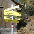 Razpotje poti (levo zavarovana pot, desno navadna lahka pot)
