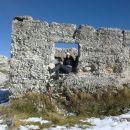 Ruševine starih zgradb na Bogatinskem sedlu