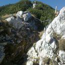 Pogled na nadaljnjo zavarovano pot proti vrhu od škrbine
