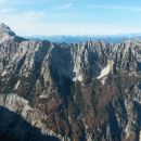 Razgled iz vrha na Mangart (levo) in celoten greben Ponc