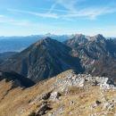 Razgled iz vrha na Julijske alpe (v daljavi) ter Begunjščico, Stol in Vrtačo