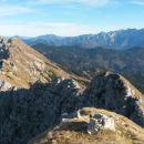Razgled iz vrha na greben Košute (levo) in Kamniško-Savinjske alpe (desno)