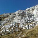 Pogled na steno, kjer poteka zavarovana plezalna pot proti Strmi peči