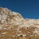 Pogled na nadaljnjo pot čez Brinje in severno pobočje Šplevte