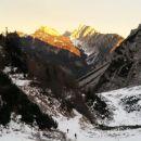 Pot nazaj proti Ljubelju ter razgled na Košutico (levo) in Veliki vrh Košute (desno)