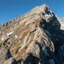 Razgled iz vrha na nadaljnjo pot čez vzhodni greben proti vrhu Ojstrice