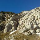 Pogled na nadaljnji vzpon čez steno kjer poteka zavarovana plezalna pot