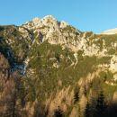Prvi razgled iz poti na Ablanco (levo) in Veliki Draški vrh (desno)