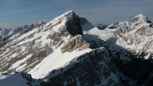 Razgled iz vrha na Veliko Mojstrovko (levo) in Mangart (desno)