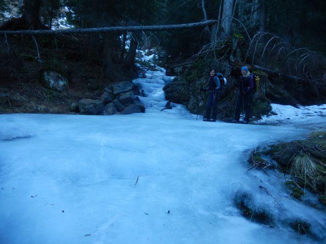 Poledeneli potok ob poti