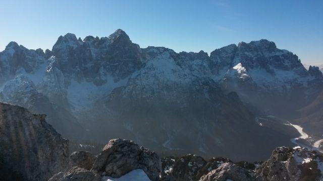 Razgled iz vrha na Viševo (levo) in Montaževo (desno) gorsko skupino