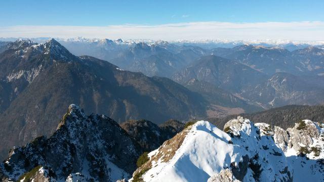 Razgled iz vrha na Poldašnjo špico (levo) ter Karnijske in Avstrijske Alpe