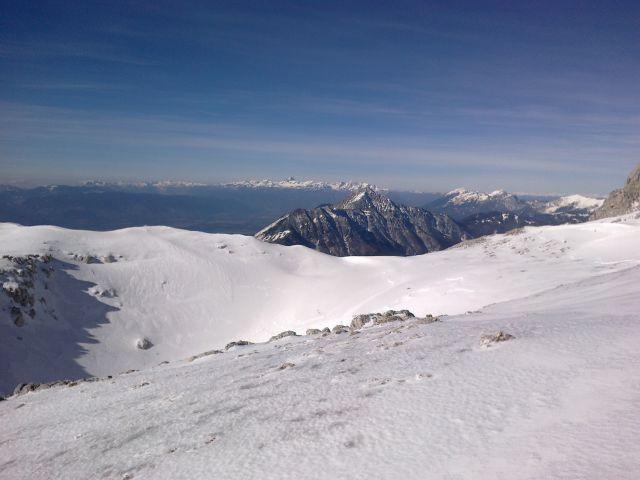 Razgled iz poti na Julijske Alpe (v daljavi), Storžič, Stol, Begunjščico in Veliki vrh