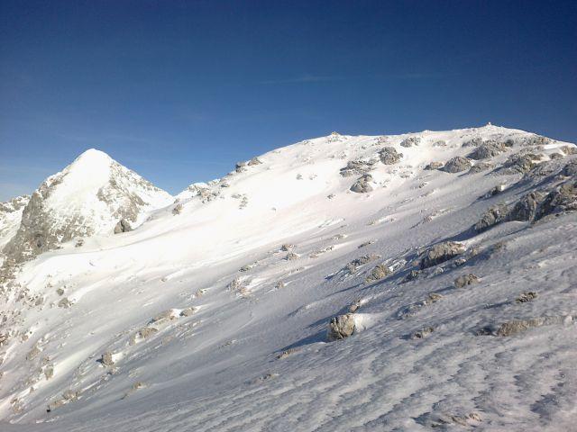 Razgled iz poti na Grintovec (levo) in vrh Kalškega grebena (desno)