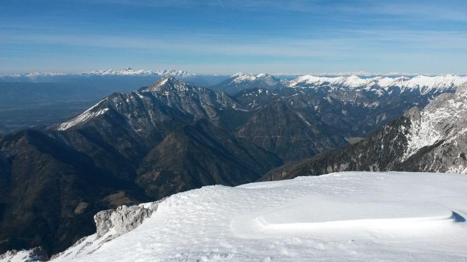 Razgled iz vrha na Julijske Alpe, Storžič, Begunjščico, Stol in greben Košute