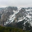 Razgled z Srednjega vrha na Stol v oblakih in Srednjo peč (v ospredju)