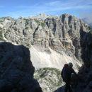 Plezalna pot na Rjavino ter razgled na Vrbanove špice (v ospredju) in Cmir (v ozadju)