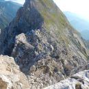 Pogled na strma pobočja ter nadaljnjo pot na Cmir