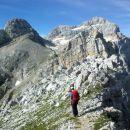 Spust z Cmira ter razgled na Begunjski vrh (levo) in Triglav (desno)