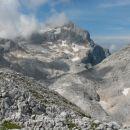 Razgled z Visoke Vrbanove špice na Triglav (levo) in Begunjski vrh (desno)