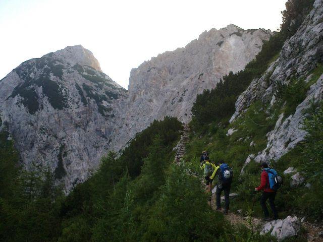 Nadaljnja pot proti Koroški Rinki ter razgled na Babo (levo) in Ledinski vrh (desno)