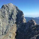 Razgled z vrha Lipnice na nadaljnjo pot čez ozek greben proti Špiku