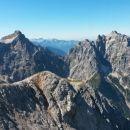 Razgled z vrha Špika na Lipnico (v ospredju), Razor (levo) in Prisojnik (desno)