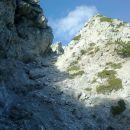Pogled na nadaljnjo pot čez prvo grapo na Poldašnjo špico / Jof di Miezegnot